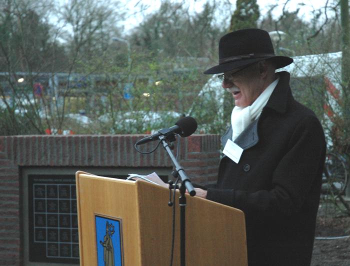 Comitélid Cees Roodnat leest de namen voor.