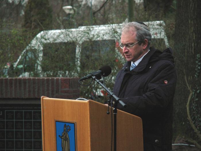 Rabbijn Menno ten Brink gedenkt de Baarnse omgekomenen en zegt kaddisj.