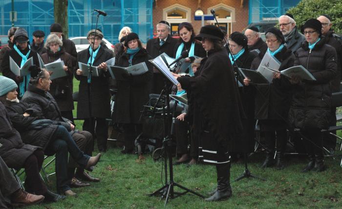 """Het koor """"Sjier Chadasj"""" o.l.v. Marcela Obermeister-Shasha zingt een gedicht."""