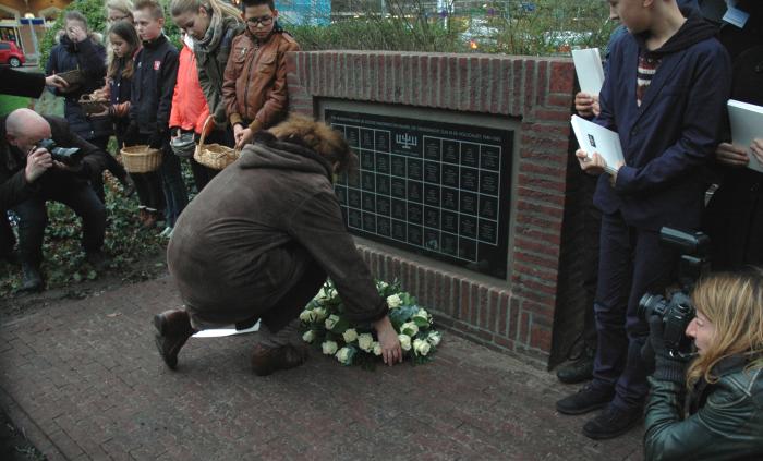 Kranslegging door het Comité Joods Monument Baarn.