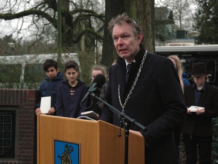 Burgemeester Röell spreekt het slotwoord van de plechtigheid.