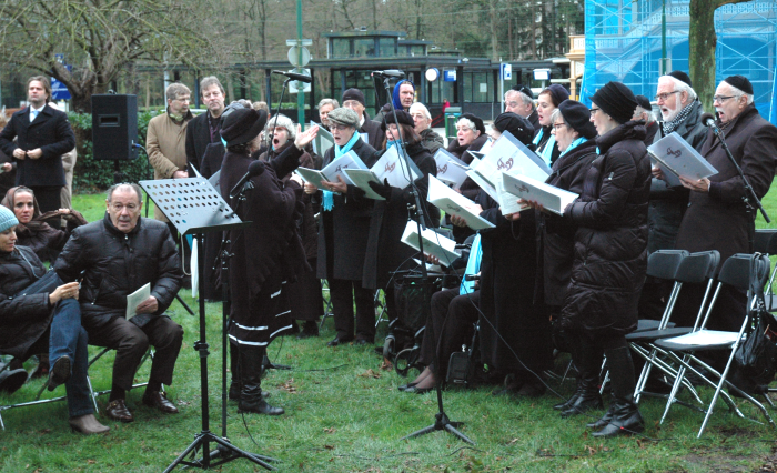 "De plechtigheid start met het koor ""Sjier Chadasj"" o.l.v. Marcela Obermeister-Shasha."