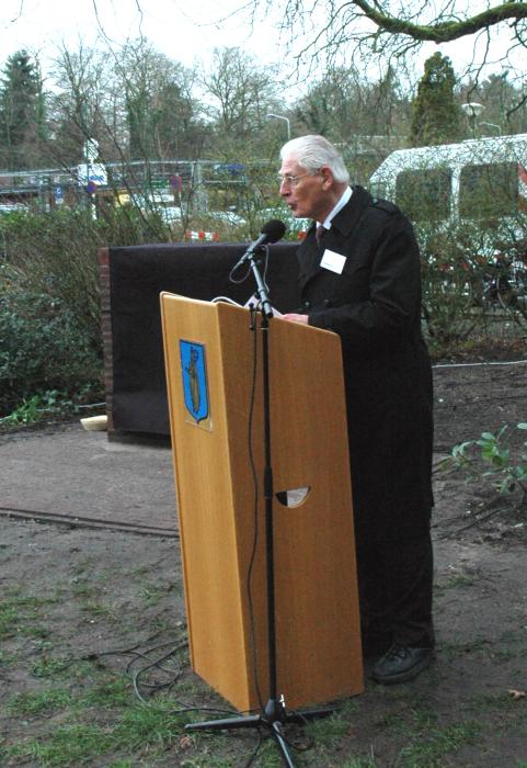 Comitélid Wim Velthuizen leidt de sprekers in.