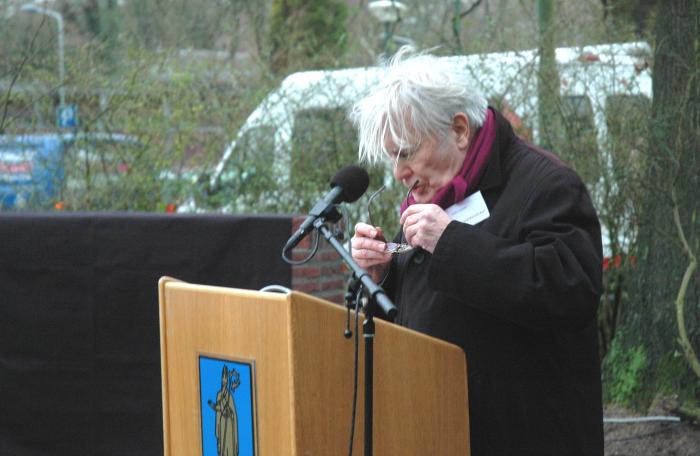 Voorzitter Peter Schmidt spreekt een woord over de totstandkoming van het monument.