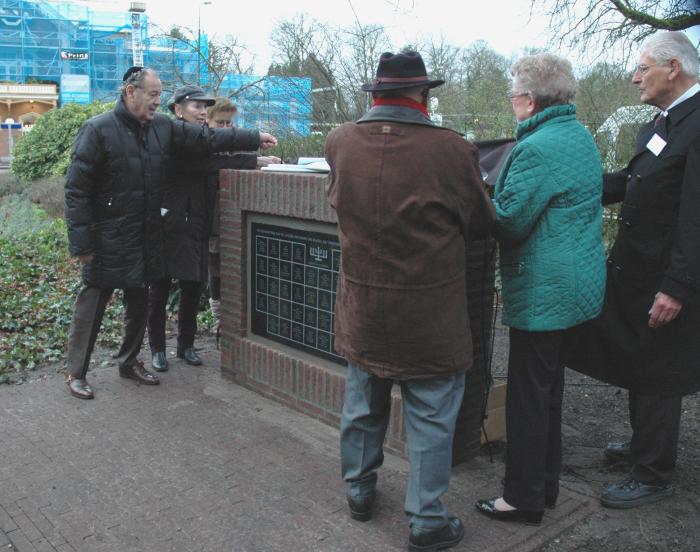 Vier nabestaanden van omgekomenen onthullen het monument.