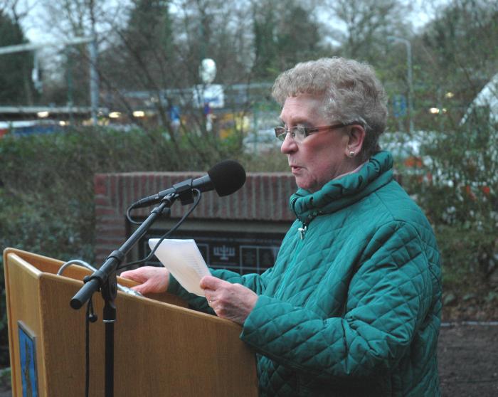 Rebecca Schellevis leest haar gedicht voor, dat zij schreef nadat haar moeder weggevoerd was.